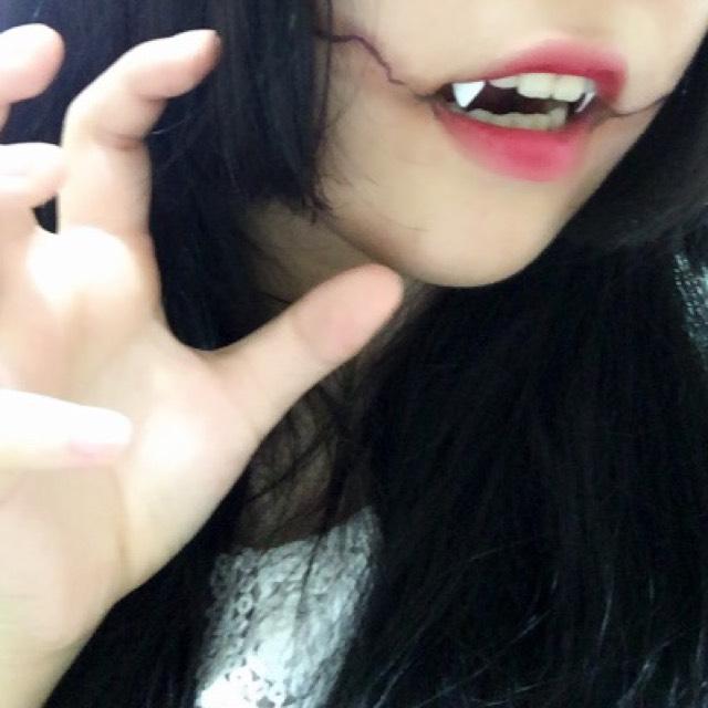 歯を磨いて、ティッシュで水分を取り、牙の形に切ったネイルチップにつけまのりをつけて、犬歯にくっつけます。