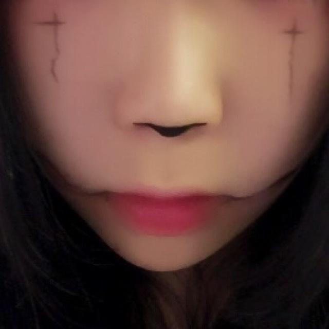 頬に細い線で十字架を書きます。
