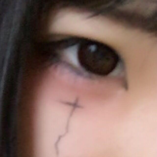 下瞼から頬にかけて、ボルドーカラーのアイシャドーと赤い練チークをつけて隈みたいにします。下睫毛をアイライナーで書きます。