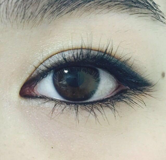 下瞼の粘膜部分にブラックのペンシルでラインを引く  上下のまつ毛をカールしてブラックのマスカラを付けて、完成