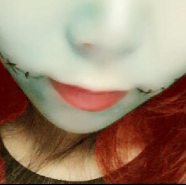 赤い口紅を塗ってからティッシュオフします。