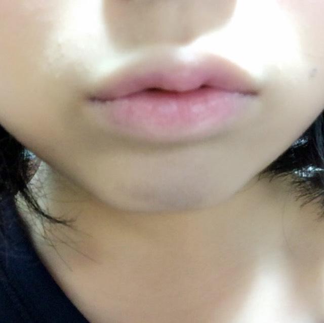 BBクリーム等で唇の色を消してパウダーで整えてから、Viseeのリップを唇の内側のみにトントン付けます。 薄いピンクのグロスで全体を軽くなじませて完成です。