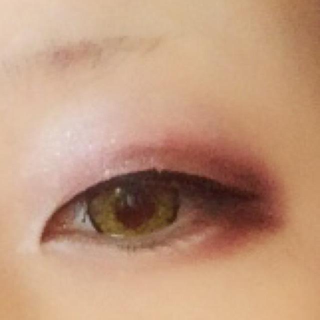 黒のリキッドアイライナーで目頭側から黒目の上あたりが太くなるようにこの段階では目尻少しだけはみだす程度で抑える(スッと流すように描く)