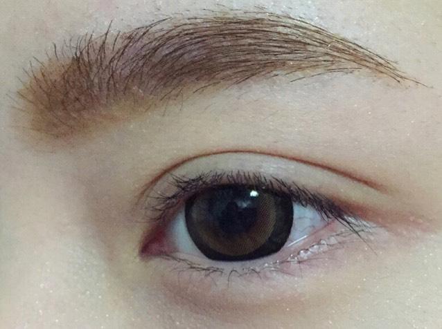 眉毛を描きます。 自然な眉毛にします。  今回は 眉マスカラを適当に塗りました。  私は眉毛を脱色していないので、 適当にマスカラを塗ると自然な茶黒の眉毛になります。