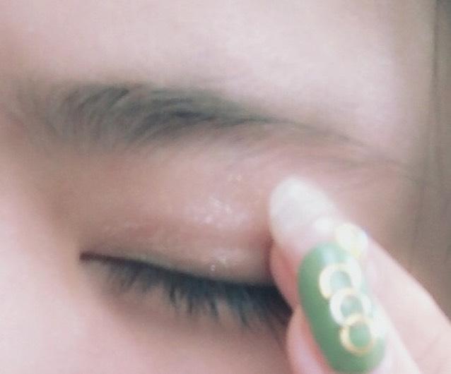 次にRIMMELのショコラスウィートアイズ001の一番下のキラキラを指でまぶた全体に塗ります。