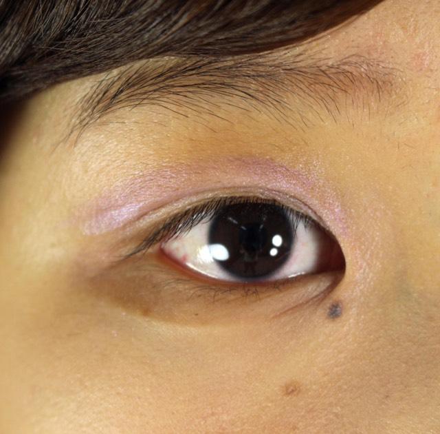 アイシャドウ  紫のシャドウ(カラーステイ シャドウリンクス 09ライラック)を塗る。この時、アイホール全体にシャドウを丸くぼかします。
