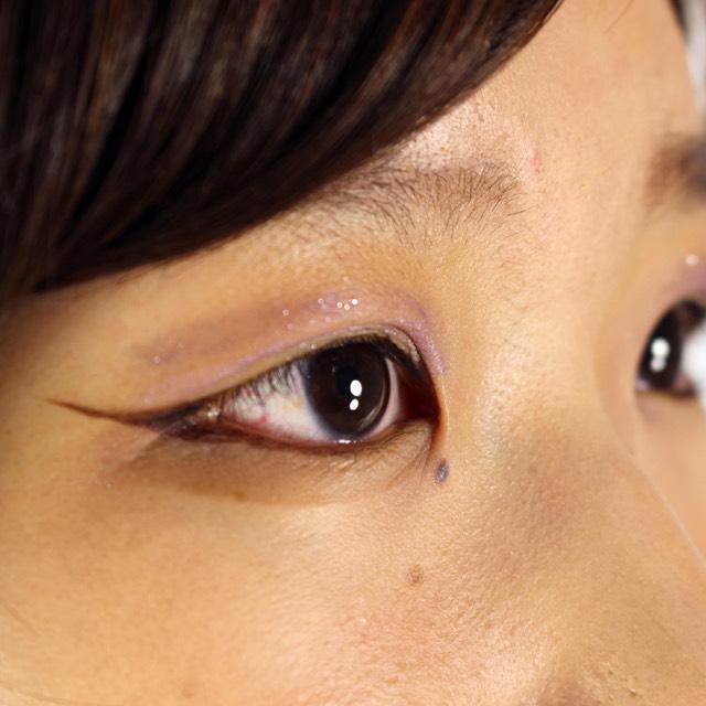 アイライン  目の形に沿ってアイライナー(カラーステイアイライナーS 202ブラックブラウン)を引いていきます。魔女の眼力を強く出したいので、ラインは太めに、目尻のところは思い切って長めに!少し上に持っていくようにするのがポイント。 下瞼にもアイラインを引きます。黒目の下を太めに引きます。