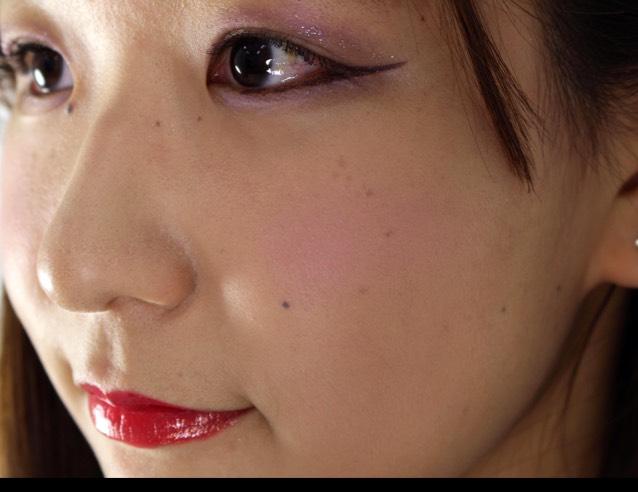 チーク  チークは赤紫で頬骨の部分に軽く色をのせていきます。あくまでも魔女メイクなので、頬が明るくなりすぎないようチークは薄く!塗りすぎに注意!