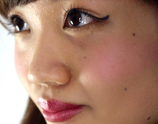 チーク  チークは淡いピンクで頬骨の部分に軽く色をのせていきます。