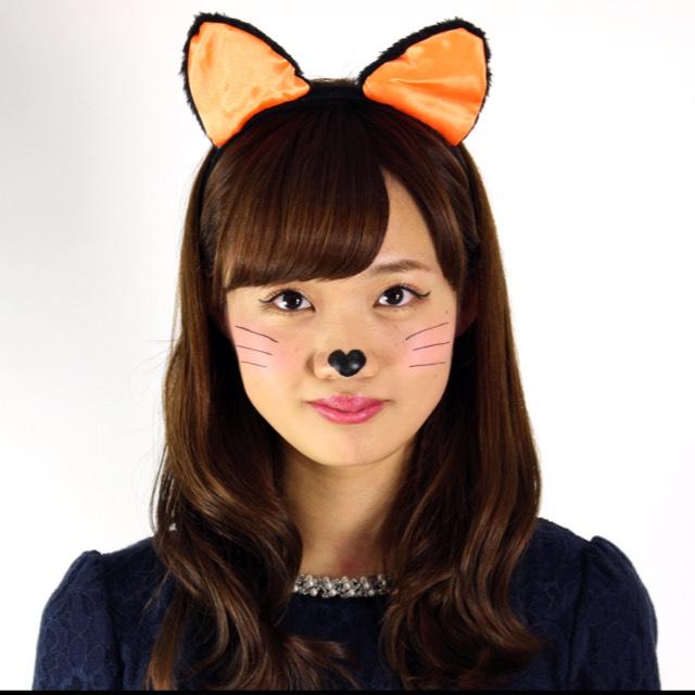 仕上げ  アイライナーでネコの鼻の輪郭を描き塗りつぶす。ハートにするとよりキュート♡ 左右均等なバランスになるようにひげを描く。