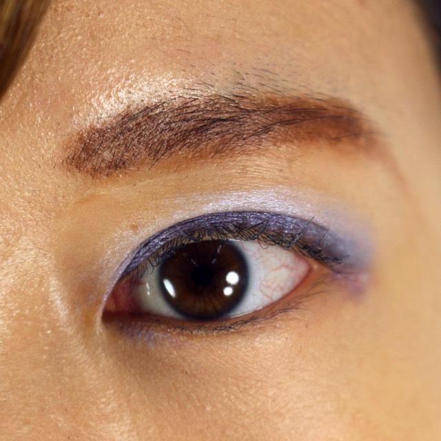 アイシャドウを重ねる  上瞼にホワイト系のアイシャドウ(フォトレディ アイアートリッド+ライン+ラッシュ 03ホワイト)を重ねて塗る。