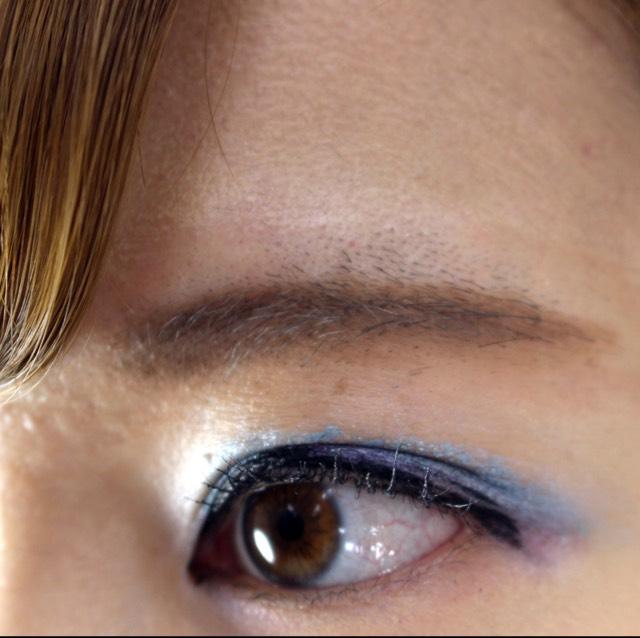 アイブロウ  アイブロウ(カラーステイ ブロウ メーカー 01ブラウン)をまっすぐに引く。髪色に合わせてアイブロウの色を変えてもOK。 3色ある内の1番薄い色で左右に線を入れていくと鼻が高くみえます。