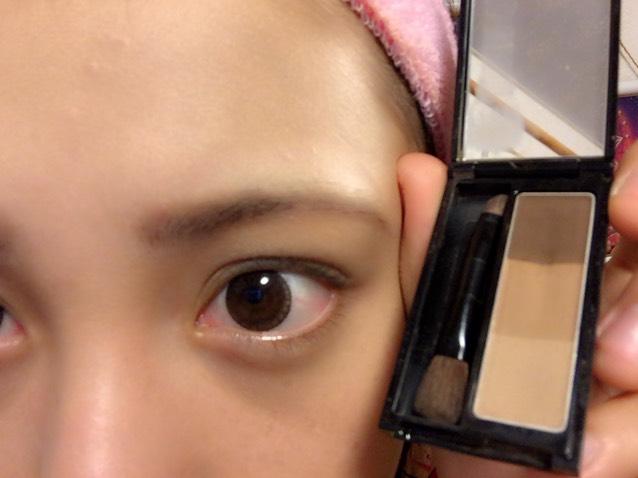 眉頭の方をパウダーでかきかき  KATE デザイニングアイブロウ ライトブラウン