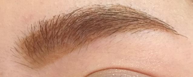 眉毛を描きます。  詳しいやり方は 「眉毛の書き方」にのせてあります。