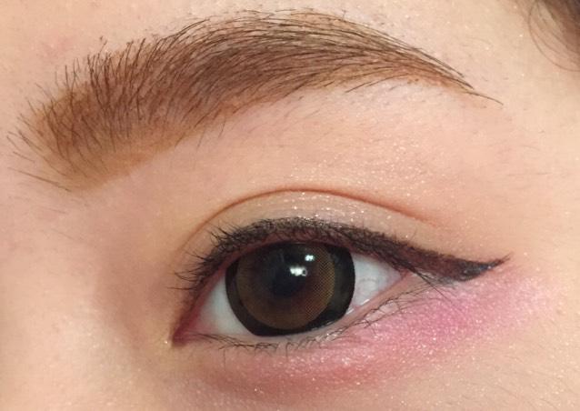 目尻にピンクシャドウをのせます。 広範囲にのせます。 目尻濃いめに涙袋にも薄くのせます。  のせすぎると腫れぼったくなるので注意します。
