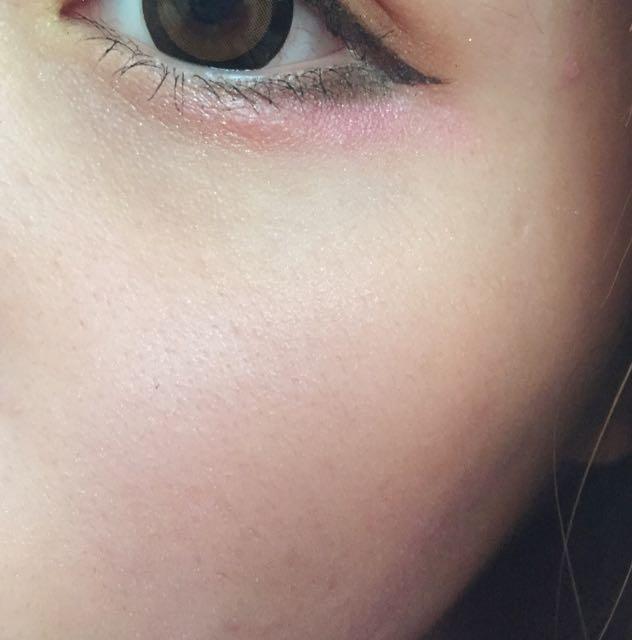目尻ピンクなのでチークは薄くのせます。