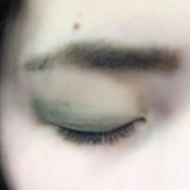 L.A.COLORSのグリーンを目尻から目頭にかけて薄くなるように塗ります
