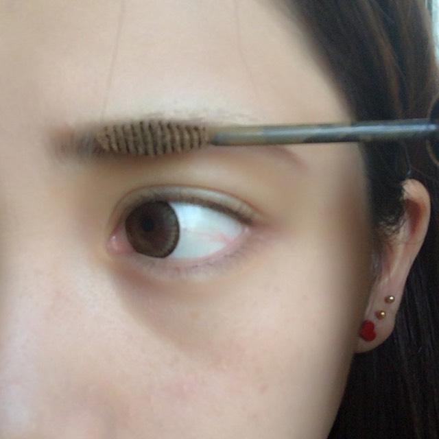 髪色よりちょっとだけ明るめの眉マスカラ 毛の向きと逆に塗るとたっぷりぬれます