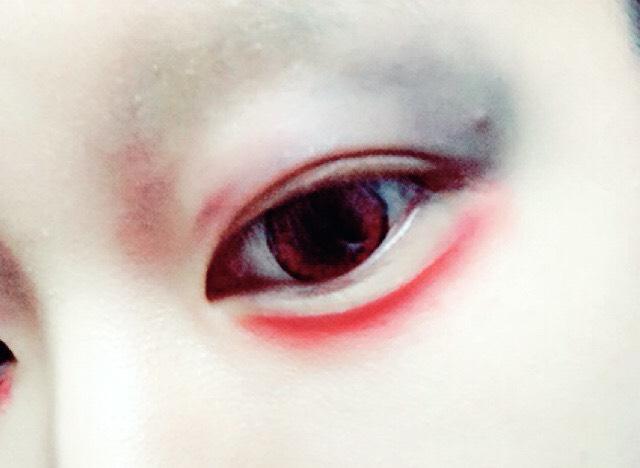 目の下は涙袋より下から赤のアイシャドーまたは赤のリップペンシルを使いアイシャドーでぼかすとそれっぽい雰囲気が出る。