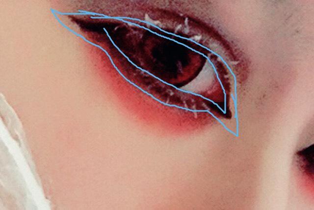 アイライナーは目頭と目尻を先に描く。囲うように描けたら黒のアイシャドウでぼかす。