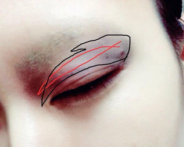 アイメイクは初めに二重ラインに赤のシャドーまたはリップペンシルで線を描き赤のアイシャでぼかす。次に黒枠を黒のアイシャドウを塗っていく。(適当)