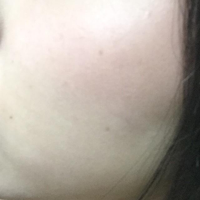 オレンジのチークを 頬骨に沿うように、ほんのり塗ります。
