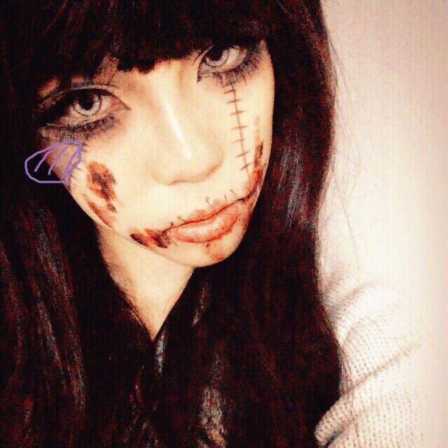 そして自分好みにラインで縫い目を書いてその間に青や黄色、赤等を塗らます。  血糊は持っていなかったので赤の口紅で代用してもいます。