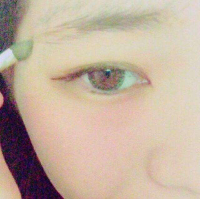 薄めの茶色で眉毛描いていきます。