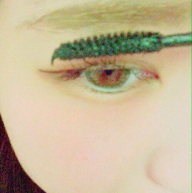 ビューラーでまつ毛上げてから、マスカラを描いていきます。(下まつ毛もです)