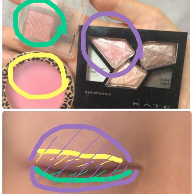 紫のシャドウをアイホールと下まぶた全体に。黄色はチークで、二重幅に塗る。もうちょいピンク感がほしいならクリームチークを塗る!緑は目の際に塗る
