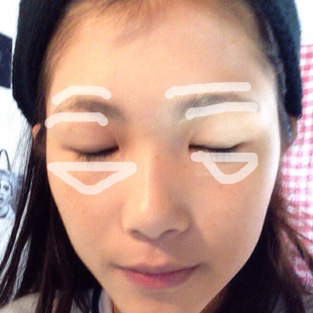 コンシーラーを眉毛の上下、目の下に塗ります