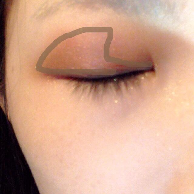 ③の少し赤みがかった濃いブラウンを目尻側に広く塗ります(指で)