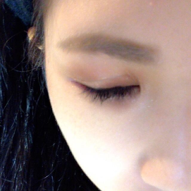 まずキャンメイクのアイブロウで眉毛を描きます 眉山に合わせて描くと自然で綺麗に眉毛が描けます