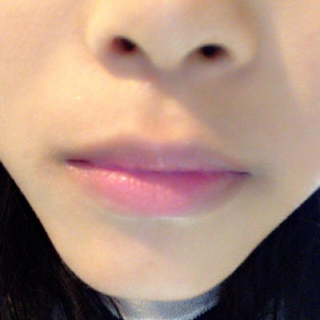 口の口側に赤の口紅を指でポンポンとのせます