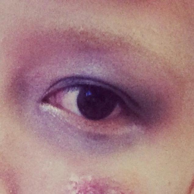 眉毛はかかなくても。 かいてもうすく人相悪く。  目は疲れ切った顔にするよ! 紫シャドウや黒シャドウでいい感じに。