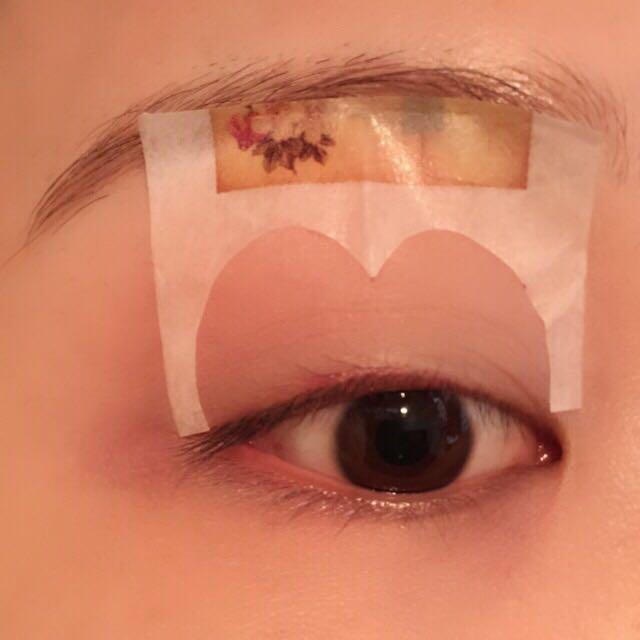 ハートの上半分を上瞼に貼ります。 瞼を伸ばした状態で貼りましょう。