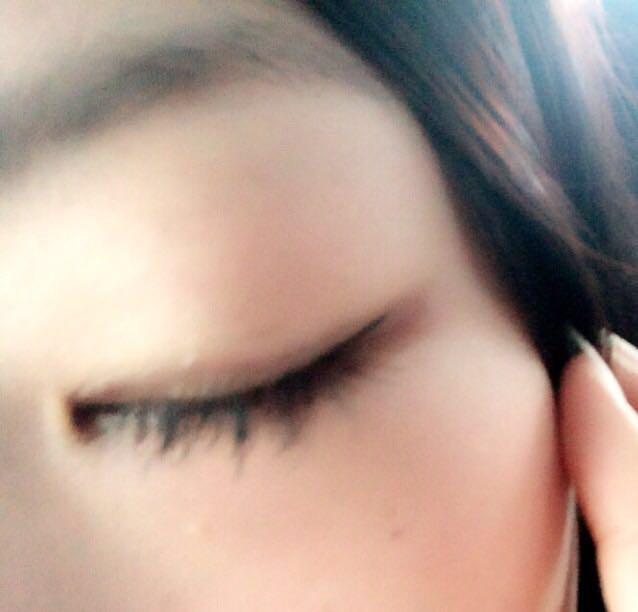目は アイシャドウのブラウンをふたえ幅と下瞼の目尻の方を塗ります アイラインを目尻のみ細く書きます 眉毛はパウダーのみ