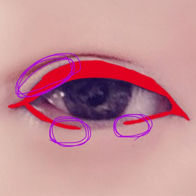 切れ長を意識して引っ張るように二重を作る。二重は細めで。  赤の部分のようにアイラインを引き粘膜を埋めたら紫の部分を濃茶シャドウか綿棒でぼかす