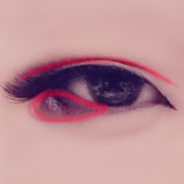 つけまを並行を意識してつけたら赤の部分に濃い茶をのせる 二重線をなぞるのはアイブロウ(濃茶〜黒)で書くとしっかり綺麗に書ける 陰影を意識して塗ること。