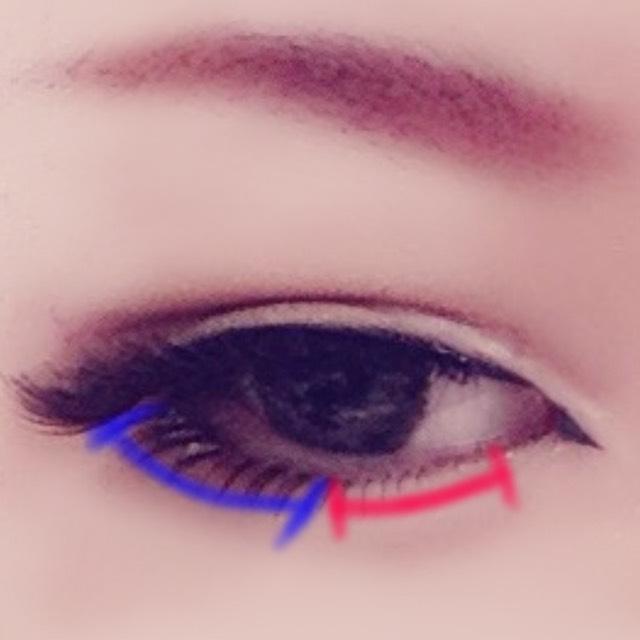 二重と眉毛の間(眉頭)に薄茶を中筆で重ねる。ここでも骨格の陰影を意識 したつけまは赤の部分は目に添わせ青の部分はオーバーラインに添わせるとなじみやすい 眉は適当にお好みで