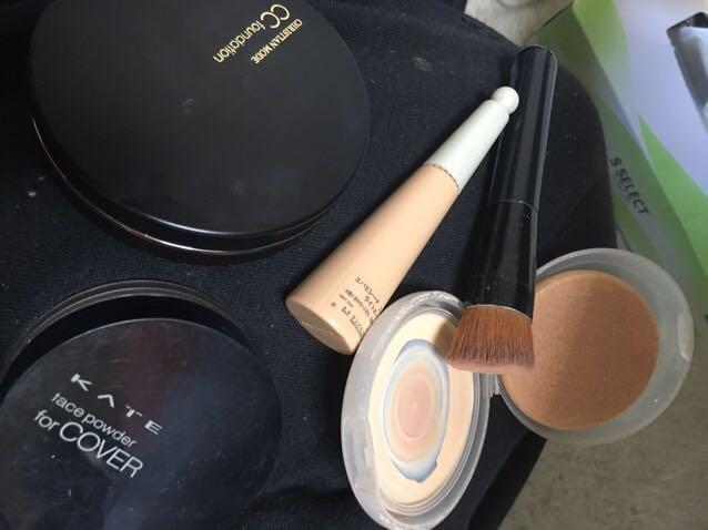 ベースメイク。使用コスメ。化粧水、乳液でお肌を整えて、CCクリーム→コンシーラー→フェイスパウダー→パウダーファンデの順に塗ります。フェイスパウダーをファンデの前にのせるとモチがUP! パウダーファンデは筆で気になる部分にくるくる塗ると厚塗り感がなくなります。