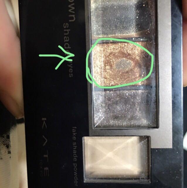 よりナチュラルに仕上げたい方は下瞼はワントーン明るいブラウンがオススメです。 目尻から三分の一まで塗ります。