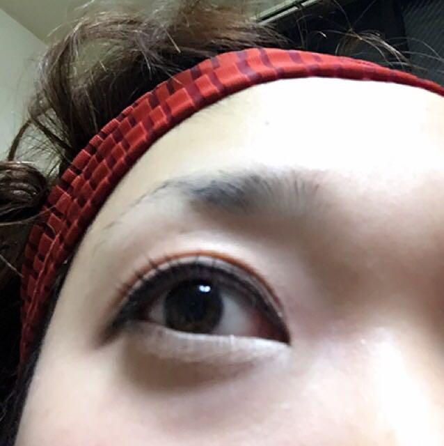 お好みで涙袋を作り、ビューラーでまつ毛をあげてクリアマスカラで束感をだします。  これで一応完成です。 下から見るとこんな感じ。