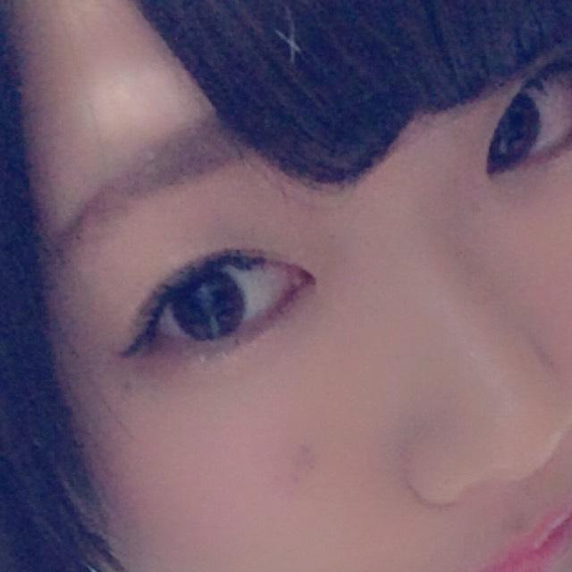 眉毛はペンシルで整える程度です。 薄くピンクのアイシャドウを瞼にのせて、 目尻と下瞼の目尻に ブラウンのシャドーをのせます。 マスカラはロングタイプのものを使用しています。 ピンクのチークを楕円型にいれます。 リップはピンクのルージュをのせてから、グロスを軽くつけます。