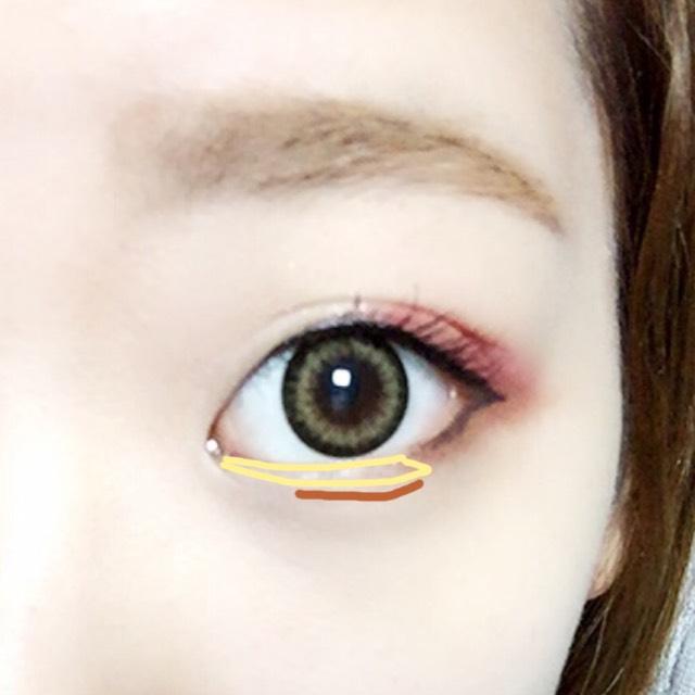 目頭から黒目の端までパール系のシャドウをいれ、アイブロウ等で影を薄めに、上めにいれる