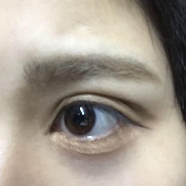 ブラウンのアイライナーで目の幅を広げるように描く。  切開ラインも、かく。