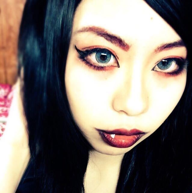 眉は眉尻を消して釣り眉にします。 赤のジェルライナーで薄く形を書いてからパウダーをのせます。