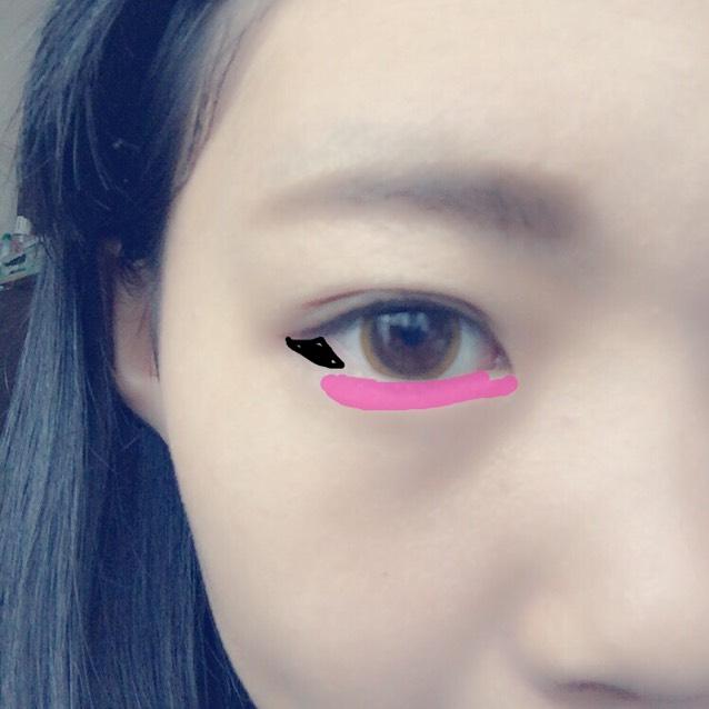 涙袋に白色の下の色をのせます。黒色で目の下にさんかくを書くように黒目のはしぐらいまで塗ります
