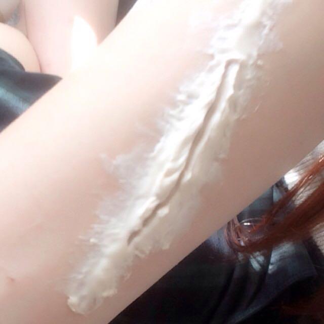 少し乾いてきたら 周りを少し伸ばし なじませます この時均一に伸ばさない方がリアルに みえます  そして真ん中を爪楊枝とか細いものでくり抜きます 写真は細いけど 調節して太めにしても○ 両端を爪楊枝で 凸凹にさせると よりリアル