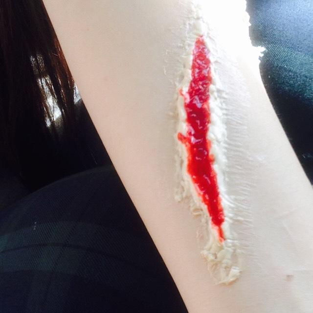 ある程度乾いたら ティッシュを散りばめ 血糊を流し込みます  これは100均の血糊